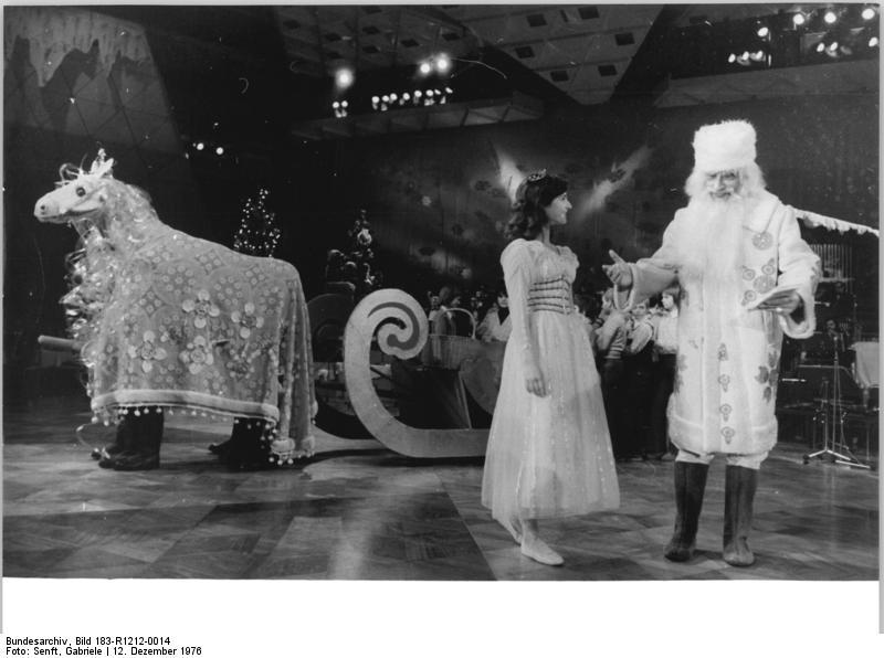 Novoroční slavnost Jolky v Paláci republiky v Berlíně v roce 1976, za Dědou Mrázem a Sněhurečkou ruské koňské spřežení se saněmi