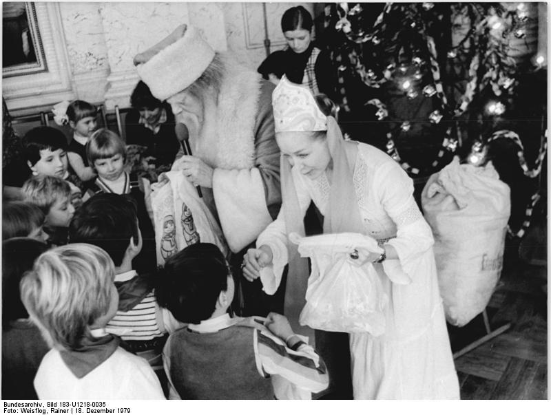 Novoroční slavnost Jolky s Dědou Mrázem a Sněhurečkou v Německé demokratické republice (Berlín) v roce 1979